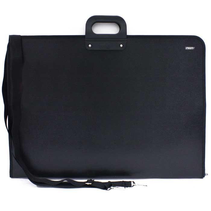 Портфель Proff, цвет: черный, А3PCB40-3Практичный портфель Proff станет вашим незаменимым помощником в транспортировке и хранении документов, рисунков, чертежей и рассчитан на значительный срок службы. Изготовлен из плотного пластика черного цвета. Надежно закрывается с помощью застежки-молнии. Пластиковые ручки портфеля имеют округлую форму и удобно ложатся в руку владельца. Имеет одно большое внутреннее отделение, с одной стороны две резинки для крепления бумаг, а с другой накладной карман. Портфель оснащен регулируемым плечевым ремнем.