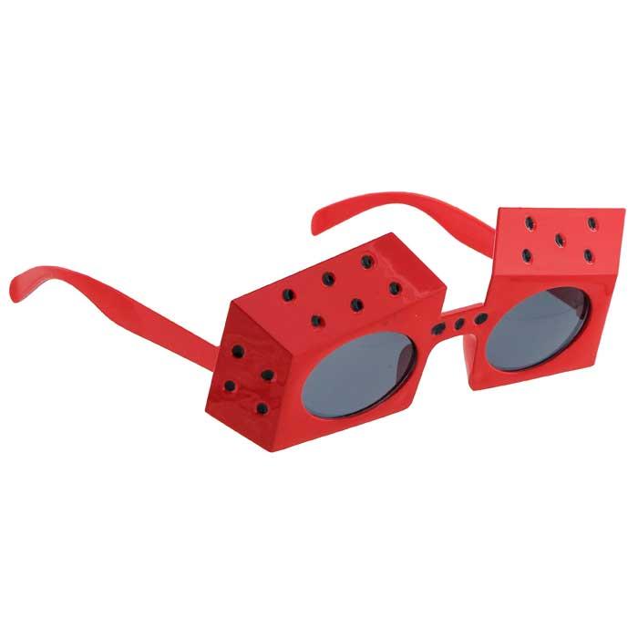 Карнавальные очки Игральные кости, цвет: красный93348Карнавальные очки Игральные кости, выполненные из пластика красного цвета, отлично дополнят ваш маскарадный костюм и помогут создать яркий образ. Очки предназначены для быстрого и необременительного перевоплощения на костюмированной вечеринке или маскараде. Сделайте свой праздник веселым и ярким! Характеристики: Материал: пластик. Длина оправы: 17 см. Цвет: красный. Изготовитель: Китай. Артикул: 93348.