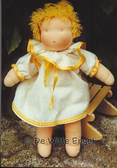 Набор для изготовления вальдорфской игрушки Кукла Лена, 30 смA37700Вальдорфская кукла занимает среди игрушек совершенно уникальное место, потому что она особая педагогическая кукла, предназначенная способствовать гармоничному развитию личности с первых лет жизни. Кукла изготавливается только из натуральных абсолютно безопасных экологически чистых материалов. Одежда для куклы в комплект не входит. Набор Кукла Лена позволит создать оригинальную уникальную яркую вальдорфскую игрушку, которая, несомненно, доставит много приятных часов вам и вашим детям. Данный набор для рукоделия содержит: Ткань телесного цвета Труба из тонкой ткани Мулине телесного цвета Шерсть для волос Длинная игла для пошива кукол Игла для вышивания волос Нить для глаз Шовная нить Шерсть для набивки Выкройки и инструкцию на немецком языке