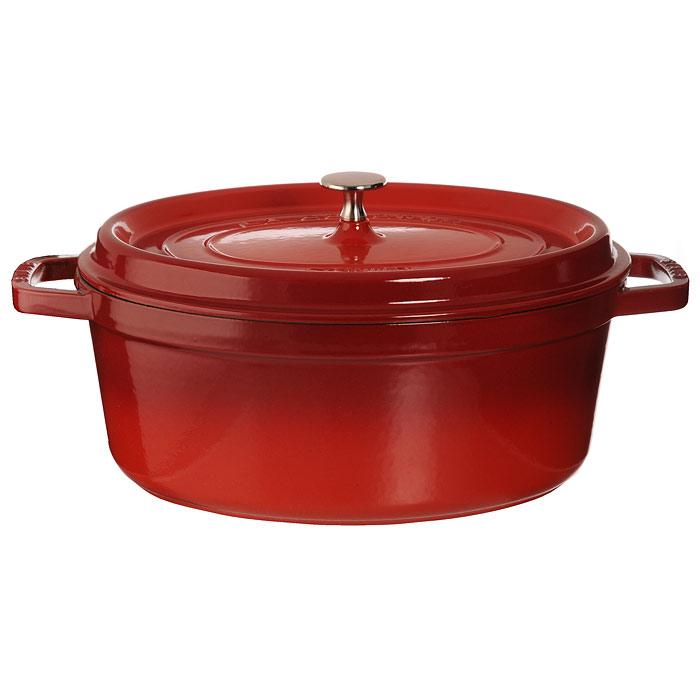 Кокот овальный Staub 5,4л, цвет: вишневый 11031061103106Кокот Staub, выполненный из эмалированного чугуна, займет достойное место на вашей кухне. Пища, приготовленная в чугунной посуде, сохраняет свои вкусовые качества, и благодаря экологической чистоте материала, не может нанести вред здоровью человека. Кокот имеет удобную овальную форму и оснащен двумя короткими ручками. Он плотно закрывается крышкой, выполненной также из эмалированного чугуна. Крышка снабжена небольшой металлической ручкой. Кокот Staub подходит для использования на всех типах кухонных плит, в том числе индукционных, а также в духовке. Эмалированный чугун - это сплав обогащенного углем железа, покрытого эмалью, изготовленной на основе стекла. Это один из самых лучших материалов, который удерживает тепло, медленно и равномерно его распределяет и все это на любых плитах, включая индукционные. Эмалированная посуда также хорошо сохраняет холод, для этого достаточно поставить в холодильник перед его подачей на стол. Внутренняя часть кокота...