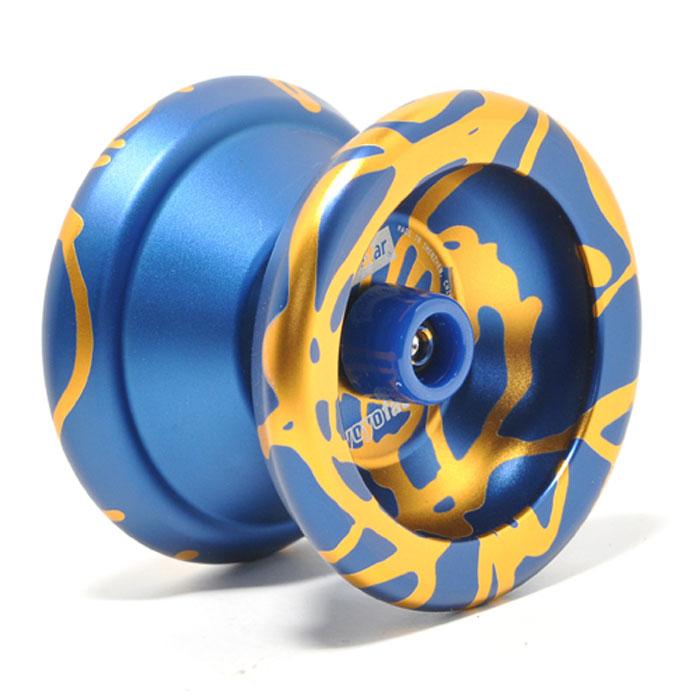 Йо-йо YoYoFactory Superstar, цвет: синий, золотистыйsuperstar/goldУ металлического йо-йо YoYoFactory Superstar широкий гэп и внешний диаметр чашечек. Обода сделаны так, что массовая концентрация распределяет по максимально дальней окружности от центра йо-йо, что позволяет держать стабильность и равновесие при слипе. Superstar выбирают многие профессионалы. Джон Андо выиграл чемпионат мира 2008 (World Yo-Yo Contest 2008) именно с этой моделью. Он показал новый стиль игры, когда йо-йо хорошо гриндит, он выполнял множество трюков, когда йо-йо крутится вокруг разных частей тела. Йо-йо - это игрушка, состоящая из двух симметричных половинок соединенных осью, к которой прикреплена веревка. Современный йо-йо значительно отличается от тех, к которым многие привыкли. Сейчас йо-йо - это такая же часть молодежной культуры как скейт, ВМХ или сноуборд. Йо-йо популярно во многих странах мира, таких как Россия, США и Япония. Ежегодно во всем мире проходят различные чемпионаты по игре с йо-йо, в том числе и Чемпионат России, в котором...
