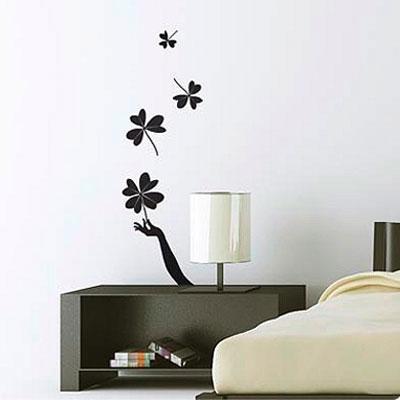 Стикер Paristic Поймай удачу, цвет: черный, 100 х 32 смПР00171Стикер Paristic Поймай удачу - это уникальная возможность создать неповторимый индивидуальный облик интерьера вашего дома. Стикер, изображающий руку, ловящую листья клевера, выполнен из матового винила - тонкого эластичного материала, который хорошо прилегает к любым гладким и чистым поверхностям, легко моется и держится до семи лет, при снятии не оставляет следов. Изображения можно разделить и, разместив их в разных местах, создать целую композицию. Такой оригинальный элемент декора придаст интерьеру креативность и новое настроение и станет великолепным украшением, притягивающим заинтересованные взгляды окружающих. В комплекте со стикером предусмотрена подробная инструкция по наклеиванию (на русском языке).