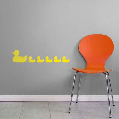 Стикер Paristic Уточки, цвет: оранжевый, 24 х 29 смПР00149Стикер Paristic Уточки - это уникальная возможность придать интерьеру неповторимый индивидуальный облик. Яркая композиция в виде стайки очаровательных плывущих уточек создаст в доме невероятную атмосферу тепла, уюта и радости. Стикер выполнен из матового винила - тонкого эластичного материала, который хорошо прилегает к любым гладким и чистым поверхностям, легко моется и держится до семи лет, при снятии не оставляет следов. Такой оригинальный элемент декора наполнит интерьер креативностью, яркими красками и солнечным настроением и станет великолепным украшением, притягивающим заинтересованные взгляды окружающих. В комплекте со стикером предусмотрена подробная инструкция по наклеиванию (на русском языке).