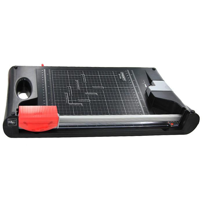 Резак сабельно-роликовый Proff OT-75020-7580Сабельно-роликовый резак Proff OT-750, идеально сочетая компактность и превосходные технические качества, станет незаменимым приспособлением для резки небольших стопок бумаги, фотографий или пленок. Возможны 3 типа резки: прямолинейная, волнообразная и перфорированная. В комплект входят сабельный и роликовый ножи, сменная накладка под нож. Оснащен выдвижной ручкой для удобства хранения. Есть также встроенный нож для закругления уголков, разметка форматов и линейку в сантиметрах. Характеристики: Длина реза: 335 мм. Максимальное количество разрезаемых листов: 10. Размер упаковки: 54,5 см х 31 см х 10 см. Изготовитель: Китай.
