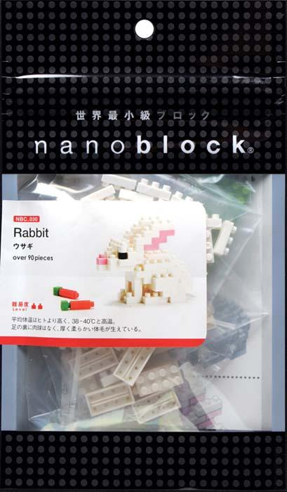 NanoBlock Мини-конструктор КроликNBC_030Мини-конструктор Кролик - увлекательнейший способ времяпрепровождения. Набор включает подставку, более 90 пластиковых мини-элементов (в том числе запасные) и цветную графическую инструкцию-схему сборки. Из деталей конструктора собирается очаровательный кролик и две морковки для него. Это милейшее нано-создание вызовет улыбку у каждого, кто его увидит. Конструктор nanoBlock - самый маленький в мире конструктор, крайне необычный, как все японское. Высокоточные трехмерные модели из деталей подобных Лего, но предельно уменьшенных в размерах, стали хитом в Японии и буквально произвели фурор в Америке, Европе, Азии и Австралии. Самая маленькая деталь конструктора - 4 мм х 4 мм, а классический прямоугольный элемент 2-на-4 точки имеет размер 8 мм х 16 мм и 5 мм высотой. Запатентованный дизайн деталей и высочайшее качество пластика обеспечивают надежное соединение даже при таких небольших размерах. Нано-размер деталей позволяет добиться невероятной реалистичности у...
