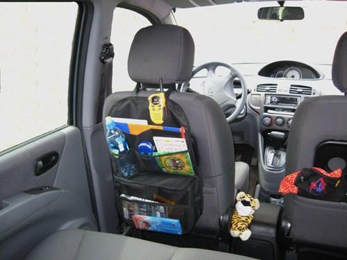 Органайзер-холодильник Comfort Adress, автомобильныйbag 029Функциональный и практичный органайзерComfort Adress выполнен из прочной ткани. Он подвешивается на спинку переднего сидения с помощью петли на липучке и резинки. Органайзер имеет одно отделение и три сетчатых кармана, которые позволят вам компактно разместить все необходимые вещи. Вместительное нижнее отделение удерживает холод или тепло. Всегда приятно в дороге съесть горячий бутерброд или выпить холодной воды. Производители провели эксперимент по холодоудержанию (все это происходило при комнатной температуре). Положили литровую бутылку с замороженной водой, через два часа появилась вода, а через пять часов воды было примерно четверть. Семь часов спустя в бутылки было половина воды и половина льда. Характеристики: Материал: непромокаемая ткань ПВХ 600D. Размер (Ш х В): 35 см х 55 см. Размер термоотделения (Д х Ш х В): 8 см х 33 см х 25 см. Цвет: черный. Производитель: Россия. ...