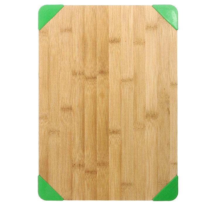 Доска разделочная Oriental way с резиновыми уголками 34 х 24см NL118488NL118488Прямоугольная разделочная доска Oriental way с резиновыми насадками-уголками изготовлена из высококачественной древесины гевеи. Специальные насадки предотвращают скольжение разделочной доски по поверхности стола. Доска прекрасно подходит для приготовления и сервировки пищи. Особенности разделочной доски Oriental way: высокое качество шлифовки поверхности изделий, двухслойное покрытие пищевым лаком, безопасным для здоровья человека, степень влажность 8-10%, не трескается и не рассыхается, высокая плотность структуры древесины, устойчива к механическим воздействиям, не предназначена для мытья в посудомоечной машине. Характеристики: Материал: дерево, резина. Размер: 34 см х 24 см х 1,5 см. Производитель: Тайланд. Артикул: NL118488. Торговая марка Oriental way известна на рынке с 1996 года. Эта марка объединяет товары для кухни, изготовленные из дерева и других материалов. Все товары марки...