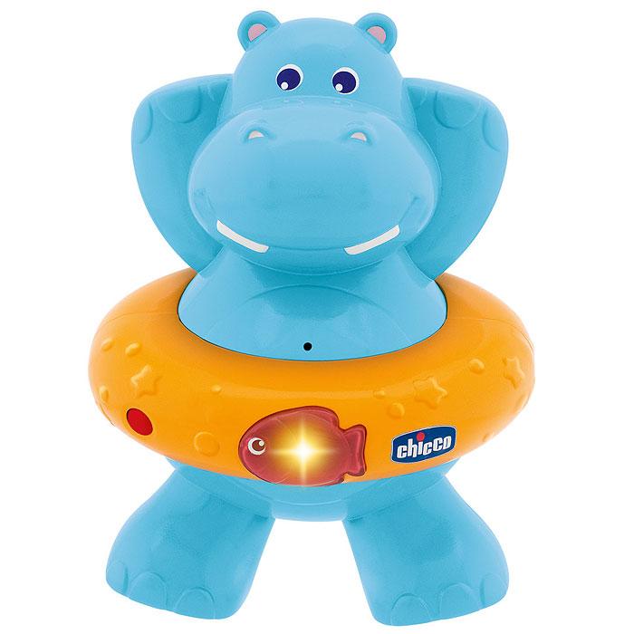 Игрушка для ванны Chicco (Чико) Счастливый бегемотик70306000000Игрушка для ванной Счастливый бегемотик обязательно понравится вашему малышу и превратит купание в веселую игру! Игрушка выполнена в виде бегемотика со спасательным кругом. Стоит только нажать на рыбку на спасательном круге и малыш услышит веселые мелодии. Игрушка с датчиком движения. Эта яркая великолепная игрушка поможет ребенку развить навыки понимания музыки, цветовое восприятие, причинно-следственные связи.