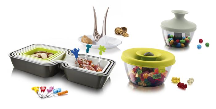 Набор подарочный VacuVin Party Set, 17 предметов2889160В подарочный набор VacuVin Party Set входит: 6 мисок для закусок, 2 емкости для орехов и конфет, устройство для колки орехов и 8 шпажек для канапе. Миски для закусок, выполнены из высококачественного пищевого пластика. В набор входят 6 мисок различных размеров: 3 фигурные миски с двумя выемками и 3 квадратные миски. В мисках с двумя выемками вы сможете подать закуску с подходящим соусом или две закуски вместе. Квадратные миски можно использовать отдельно или вставить внутрь двойных емкостей, что создает еще больше возможностей сервировки. Вы сможете не только отделить закуски друг от друга и предотвратить смешение вкусов, но и украсить свой стол различными цветовыми решениями. После использования миски складываются друг в друга, не занимая много места в вашем кухонном шкафу. Емкость для орешков и конфет выполнена из высококачественного пищевого пластика. Яркая цветная силиконовая крышка с запатентованной системой герметичного закрытия Оксилок гарантирует плотное...