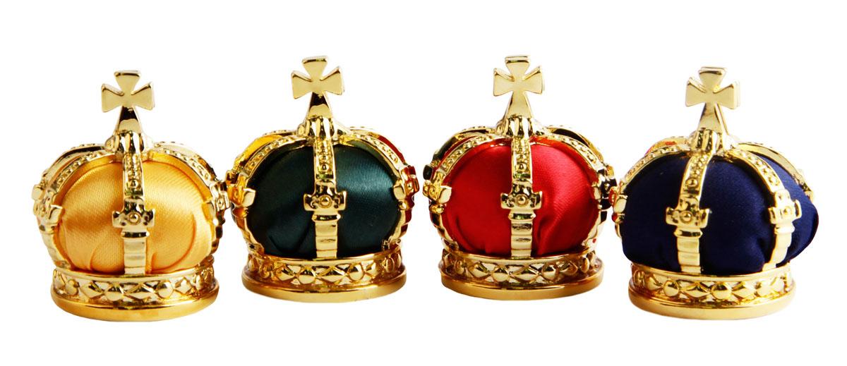 Держатели карт для четырех персон Императорские короны. Металл, позолота, шелк, House of Faberge. Конец XX векаАОКАРГКДержатели карт для четырех персон Императорские короны. Металл, позолота, шелк. Западная Европа, Фаберже, конец XX века. Размер держателя 3 х 3,5 см, размер футляра 23,5 х 9 х 7,5 см. Сохранность очень хорошая. На дне выгравированы клеймо Faberge. Относитесь к своим гостям, как императоры, назначая место отдыха Императорскими коронами. Традиционно крест-значок, имеет функцию чтобы удерживать карты с именем вашего гостя. Эти держатели уникальные акценты по-настоящему королевского стола. Тонкая работа и высочайшее мастерство исполнения в лучших традициях дома Фаберже делают изделие роскошным подарком и неповторимым украшением любого стола!
