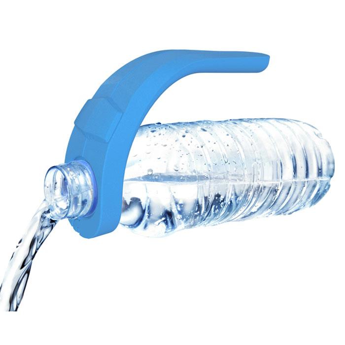 Ручка для пластиковых бутылок VacuVin Bottle Grip, цвет: голубой1856760Ручка для пластиковых бутылок VacuVin Bottle Grip выполнена из пластика голубого цвета. Надев данную ручку на горлышку большой пластиковой бутылки, вы легко разольете воду или любой напиток одной рукой!
