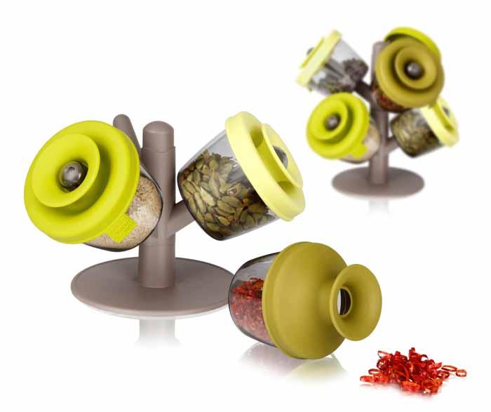 Набор емкостей VacuVin PopSome Herbs&Spices 4 предмета 28426602842660Набор VacuVin PopSome Herbs&Spices состоит из 3 емкостей для хранения, выполненных из высококачественного пищевого пластика, и пластиковой подставки в виде дерева. Емкости для герметичного хранения специй и трав - это практичный способ хранить и использовать различные специи и травы. Цветные силиконовые крышки с запатентованной системой закрытия Оксилок специально созданы, чтобы емкости оставались герметичными. Ваши любимые специи и травы можно удобно хранить и легко использовать. Потянув горлышко крышки вверх для открытия, вы можете отсыпать небольшое количество специй в руку или прямо в блюдо. В случае если емкость случайно упадет, ее содержимое не просыпется. Емкости можно мыть в посудомоечной машине. Удобная подставка-дерево позволяет установить на нее несколько наборов для хранения специй друг на друга. Характеристики: Материал: пластик, силикон. Диаметр емкости: 8 см. Высота емкости с закрытой крышкой: 7,5 см. ...