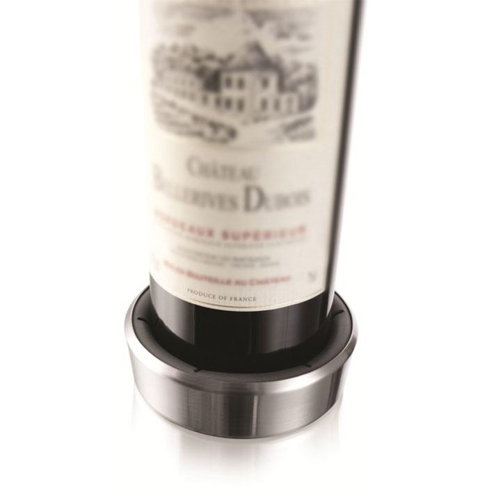 Подставка VacuVin для сервировки бутылки, цвет: металлик, 0,75 л1855360Подставка для сервировки бутылки VacuVin, выполненная из высококачественного пластика, защищает стол от царапин и пятен. Подставка оснащена резиновыми вставками, за счет чего она плотно прилегает к бутылке. Капли стекают в подставку. На дне подставки расположены противоскользящие резиновые вставки. Подставка VacuVin подходит для большинства стандартных бутылок с вином. С ней ваш стол всегда будет аккуратным и чистым.