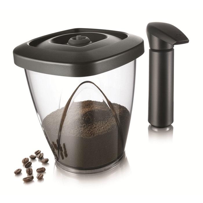 Контейнер вакуумный VacuVin Coffee Saver 1,3 л, с насосом 28834602883460Вакуумный контейнер для кофе VacuVin Coffee Saver, выполненный из высококачественного пищевого пластика, позволяет сохранять аромат и вкус вашего любимого кофе. Под воздействием воздуха чай, кофе и другие сухие продукты быстро портятся, отсыревают, утрачивают свой вкус и аромат. Вакуумный насос, который входит в комплект, отсасывает воздух из контейнера, создавая вакуум для оптимальных условий хранения. От воздействия света кофе защищают тонированные стенки контейнера. Контейнер можно мыть в посудомоечной машине.