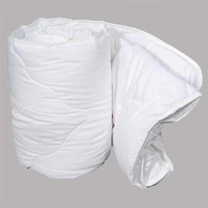 Одеяло Dargez Идеал Голд облегченное, 140 х 205 см22(15)38ЕОблегченное одеяло Dargez Идеал Голд представляет собой чехол из хлопка и полиэстера с наполнителем Эстрелль из полого силиконизированного волокна. Особенности одеяла Dargez Идеал Голд: - обладает высокими теплозащитными свойствами; - гипоаллергенно: не вызывает аллергических реакций; - воздухопроницаемо: обеспечивает циркуляцию воздуха через наполнитель; - быстро сохнет и восстанавливает форму после стирки; - не впитывает запахи; - имеет удобную форму; - экологически чистое и безопасное для здоровья; - обладает мягкостью и одновременно упругостью. Одеяло вложено в текстильную сумку-чехол зеленого цвета на застежке-молнии, а специальная ручка делает чехол удобным для переноски.