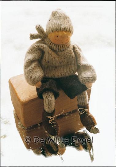 Набор для изготовления вальдорфской игрушки Маленький фигурист, 12 смA22200Набор Маленький фигурист позволит создать оригинальную вальдорфскую игрушку в виде очаровательного существа, которая, несомненно, доставит много приятных часов вам и вашим детям. Набор для изготовления вальдорфской игрушки Маленький фигурист включает в себя только натуральные сотавляющие (шерсть, хлопок, шелк). К набору прилагается пошаговая инструкция с илюстрациями и выкройками. Вальдорфская кукла занимает среди игрушек совершенно уникальное место, потому что это особая педагогическая кукла, которая способствует гармоничному развитию личности с первых лет жизни. Кукла - это друг, с которым можно поделиться самыми сокровенными мыслями, горестями и радостями. Особенно если она сшита своими руками!