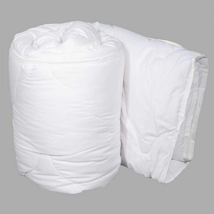 Одеяло Dargez Идеал Голд облегченное, 172 см х 205 см20(15)38ЕОблегченное одеяло Dargez Идеал Голд представляет собой чехол из хлопка и полиэстера с наполнителем Эстрелль из полого силиконизированного волокна. Особенности одеяла Dargez Идеал Голд: - обладает высокими теплозащитными свойствами; - гипоаллергенно: не вызывает аллергических реакций; - воздухопроницаемо: обеспечивает циркуляцию воздуха через наполнитель; - быстро сохнет и восстанавливает форму после стирки; - не впитывает запахи; - имеет удобную форму; - экологически чистое и безопасное для здоровья; - обладает мягкостью и одновременно упругостью. Одеяло вложено в текстильную сумку-чехол зеленого цвета на застежке-молнии, а специальная ручка делает чехол удобным для переноски. Характеристики: Материал чехла: 50% хлопок, 50% полиэстер. Наполнитель: Эстрелль - пласт из полого силиконизированного волокна (100% полиэстер). Размер одеяла: 172 см х 205 см. Масса наполнителя: 0,79 кг. Размер...