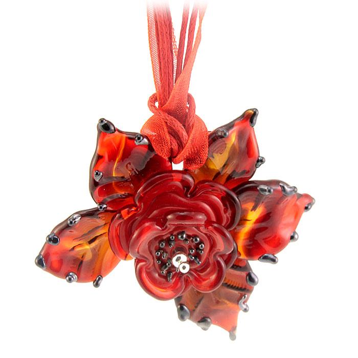 Кулон Карамель в цвету (Lampwork) Ручная авторская работа. PD0138PD0138Материал: стекло, металл. Размер кулона 5,5 см х 5,5 см, длина цепочки 20 см. Ручная работа. Автор Ольга Букина. Оригинальный кулон, выполненный в виде красного цветка, изготовлен из муранского стекла. Такой кулон позволит Вам с легкостью воплотить самую смелую фантазию и создать собственный, неповторимый образ. Красивое и необычное украшение блестяще подчеркнет изящество, женственность и красоту своей обладательницы и поможет внести разнообразие в привычный образ.