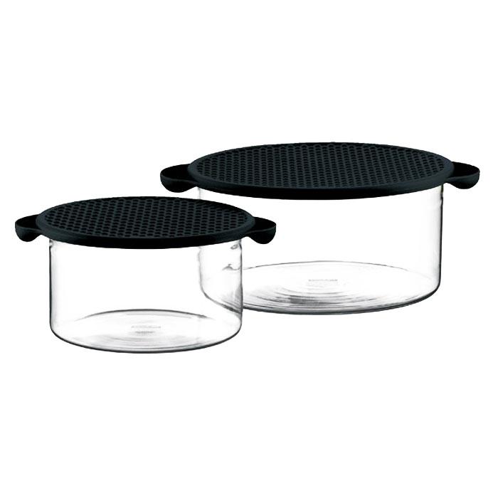 Набор мисок Bodum Hot Pot 2 шт, цвет: черный K10127-01K10127-01Миски Hot Pot являются универсальным приобретением для любой кухни. С их помощью можно готовить блюда, хранить продукты и даже сервировать стол. Емкости Hot Pot изготавливается из специального боросиликатного стекла, которое, в отличие от обычного, остается очень прочным даже при минимальной толщине. Поэтому прозрачная и изящная емкость отлично переносит высокие температуры, находясь на плите или в духовке. Не менее жаростойкой является и силиконовая крышка емкости Hot Pot, которая вполне может выступить в качестве подставки под блюда, нагретые до 220°C или прихватки. Переводя дословно название Hot Pot, получаем почти сказочное горячий горшочек. И действительно, сложно найти более сказочный кухонный предмет, который при своей внешней простоте выполнял бы столько функций одновременно. Характеристики: Материал: стекло, силикон. Объем: 1 л, 2,5 л. Диаметр большой миски: 21,5 см. Диаметр малой миски: 17 см. ...