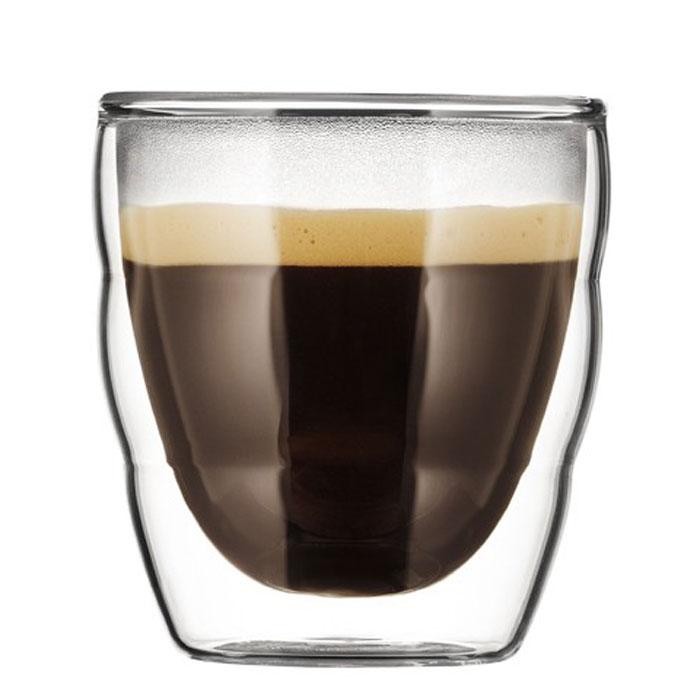 Набор термобокалов Bodum Pilatus 2 шт, 0,08л, цвет: прозрачный 11477-1011477-10Термобокалы Pilatus выполнены из двойного боросиликатного стекла, что позволяет не только держать горячие напитки горячими в течение более длительного времени, но он также позволяет холодным напиткам оставаться холодными дольше. Боросиликатное стекло создает впечатление, будто напиток плавает внутри термобокала. Он намного легче, чем стакан из обычного стекла. Еще одна приятная особенность - отсутствие конденсата, что препятствует возникновению грязных следов от бокала. Термобокалы можно использовать в микроволновой печи и мыть в посудомоечной машине. Боросиликатное стекло выдерживает температуры от -30°C до +520°C. Характеристики: Материал: боросиликатное стекло. Объем термобокала: 80 мл. Количество термобокалов: 2. Высота термобокалов: 7 см. Диаметр термобокалов по верхнему краю: 6 см. Размеры коробки: 16 см х 8,5 см х 8,5 см. Производитель: Швейцария. Артикул: 11477-10.