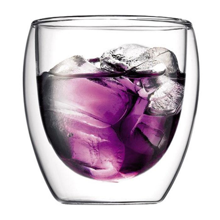 Набор термобокалов Bodum Pavina 2 шт, 0,27л, цвет: прозрачный 4558-104558-10Термобокалы Pavina выполнены из боросиликатного стекла. Прослойка воздуха оставляет мартини холодным, а глинтвейн или капучино - горячим. Внешняя поверхность бокала сохраняет при этом комнатную температуру. Боросиликатное стекло создает впечатление, будто напиток плавает внутри термобокала. Ручной способ производства делает изделие уникальным вдвойне. Он намного легче, чем стакан из обычного стекла. Его можно использовать в микроволновой печи и мыть в посудомоечной машине. Боросиликатное стекло выдерживает температуры от -30°C до +520°C. Характеристики: Материал: боросиликатное стекло. Диаметр по верхнему краю: 8 см. Диаметр основания: 5 см. Высота: 8,5 см. Объем: 0,27 л. Размер упаковки: 20 см х 10 см х 10,5 см. Артикул: 4558-10.