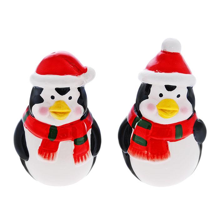 Набор для специй Пингвины, 3 предметаA11003Набор для специй Пингвины, состоящий из солонки, перечницы и подставки, станет незаменимым помощником на кухне. Солонка и перечница выполнены из высококачественного фарфора в виде пингвинов в шарфиках и новогодних колпаках. Емкости легки в использовании: стоит только перевернуть их, и вы с легкостью сможете поперчить или добавить соль по вкусу в любое блюдо. Емкости располагаются на овальной фарфоровой поставке бело-оранжевого цвета. Дизайн, эстетичность и функциональность набора позволят ему стать достойным дополнением к кухонному инвентарю.