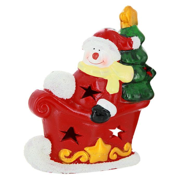 Новогодний подсвечник Снеговик в санях, цвет: красный, белый26164Новогодний подсвечник изготовлен из керамики в виде красных саней и снеговика в них с елочкой за спиной. С обратной стороны подсвечника есть отверстие, куда устанавливается свеча. По всей поверхности подсвечника расположены небольшие декоративные отверстия, через которые свет свечи будет проникать наружу, и озарять собой все вокруг. Вы можете поставить подсвечник в любом месте, где он будет удачно смотреться, и радовать глаз. Кроме того - это отличный вариант подарка для ваших близких и друзей.