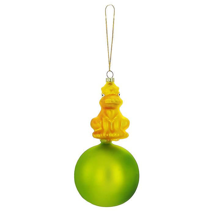 Новогоднее подвесное украшение Лягушка, цвет: золотистый, зеленый. Ф21-1720Ф21-1720Новогоднее подвесное украшение Лягушка, выполненное из стекла, украсит интерьер вашего дома или офиса в преддверии Нового года. Необычное украшение выполнено в виде золотистой лягушки, сидящей на зеленом шаре. Оригинальный дизайн и красочное исполнение создадут праздничное настроение. Новогодние украшения всегда несут в себе волшебство и красоту праздника. Создайте в своем доме атмосферу тепла, веселья и радости, украшая его всей семьей.