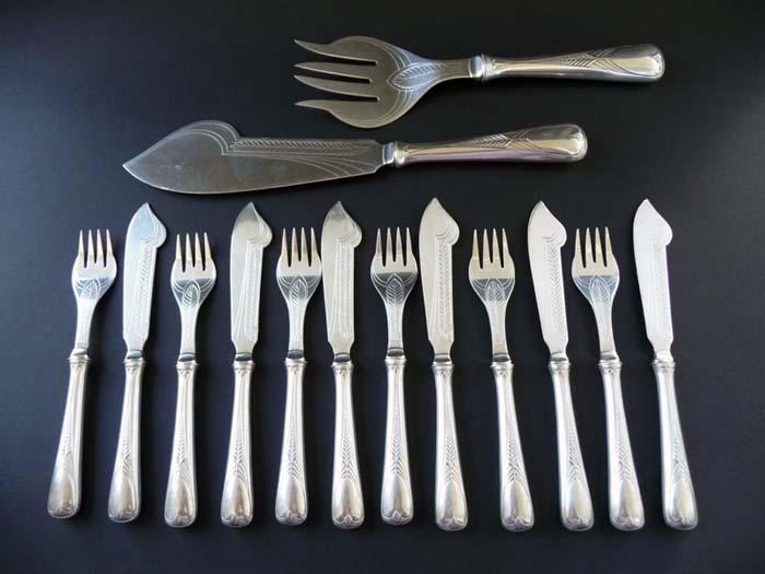 Набор столовых приборов для рыбных блюд WMF из 14 предметов. Белый металл, гравировка. Германия, WMF, 1910-е ггОС27728Набор столовых приборов для рыбных блюд WMF из 14 предметов. Белый металл, гравировка. Германия, WMF, 1910-е гг. Размеры: большая вилка: длина 24 см, ширина 7 см; большой нож: длина 29,5 см, ширина 5,5 см; малая вилка: длина 17,2 см, ширина 2,7 см; малый нож: длина 19,3 см, ширина 2,4 см. Сохранность коллекционная. На ножках клейма WMF периода 1910-х гг.: изображение страуса, ОХ I/O, аббревиатура WMF. Набор отмечен в каталоге Bestecke des Jugendstils (полное название издания - Bestecke des Jugendstils - Art Nouveau Knives, Forks and Spoons: Bestandskatalog des Deutschen Klingenmuseums Solingen - Inventory Catalogue of the Deutsches Klingenmuseum Solingen, авторы - Barbara Grotkamp-Schepers, Reinhard W. Sanger). Изысканный набор столовых приборов WMF в стиле арт нуво станет неповторимым украшением Вашей коллекции столового серебра! Предметы отличают утонченные линии и выразительно решенный декор с гравированными орнаментами в стиле...