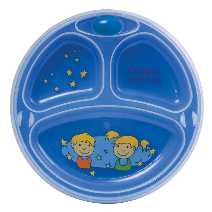 Canpol Babies Термотарелка на присоске цвет синий9/216_синийТеперь питание вашего малыша не будет остывать так быстро - горячая вода поддержит необходимую температуру и защитит питание от слишком быстрого охлаждения. Яркая пластиковая тарелочка оборудована тремя секциями и предназначена для ребенка от девяти месяцев. Тарелка оснащена двойными стенками, между которыми заливается горячая вода, присоской, которая предотвратит случайное скольжение по столу или скатерти и надежным откручивающимся замочком, защищающим клапан подачи воды. В комплект с тарелкой входят ложечка и вилочка специальной формы, удобной для того, чтобы малыш сам учился кушать. Тарелочка оформлена яркими рисунками, что, несомненно, понравится вашему малышу.