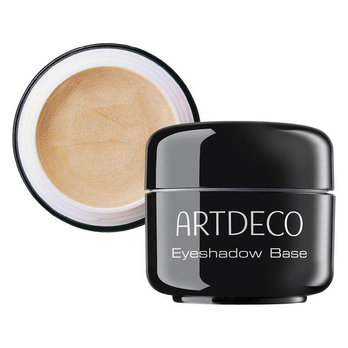 Artdeco База под тени для век Eyeshadow Base, 5 мл2910База для теней Artdeco Eyeshadow Base жемчужно-телесного цвета с кремовой текстурой и максимальным светоотражением помогает корректировать недостатки и цветовые несовершенства кожи, готовит веко для нанесения теней. Этот продукт специально создан, чтобы подчеркнуть красоту цвета и текстуры теней для век. Макияж глаз благодаря использованию Artdeco Eyeshadow Base становиться максимально стойким. Уникальный комплекс антисептиков, увлажнителей и витаминов успокаивают покраснения на веках. Применение : на чистое веко нанесите подушечками пальцев небольшое количество базы, распределив по верхнему веку. Дайте зафиксироваться текстуре в течение минуты и наносите тени или карандаш. Обязательно плотно закрывайте крышку после каждого использования.