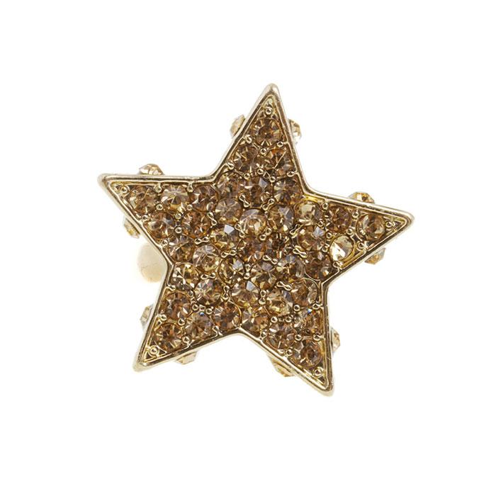 Кольцо Marmalato, цвет: золотистый. 31932. Размер 17 мм404-661_31932Оригинальное кольцо Marmalato, выполнено из золотистого металла, оформлено в виде звезды со стразами. Такое кольцо поможет создать вам свой неповторимый стиль Характеристики: Материал: металл, стразы. Цвет: золотистый. Размер кольца: 17 мм. Артикул: 31932. Рекомендации по использованию: Для того, чтобы бижутерия прослужила долго и не потеряла своего вида, важно соблюдать несложные рекомендации. Желательно, чтобы украшения не находились долгое время в воде. Также не рекомендуется заниматься в украшениях спортом, украшения могут повредиться механически таким образом. Не рекомендуется надевать металлсодержащую бижутерию в солярий и на пляж, долго находиться в ней под открытым солнцем - если, конечно, это не специальная пляжная коллекция украшений. Поскольку есть риск перегрева металла, что может привести к ожогу. Рекомендации по уходу: Для того, чтобы бижутерия сохраняла свой блеск и свой отличный вид, необходимо соблюдать некоторые...