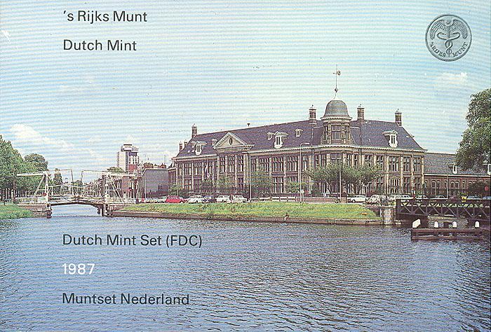 Набор из 5 монет и жетона Нидерландского монетного двора. Нидерланды. 1987 год342618Набор из 5 монет и жетона Нидерландского монетного двора. Нидерланды. 1987 год. Диаметр монет: 1,5 см, 2,1 см, 2,9 см. Размер футляра 11 х 17,5 см. Комплект составили монеты номиналом: 5, 10, 25, центов; 1, 2,5, гульдена; жетон Нидерландского монетного двора.