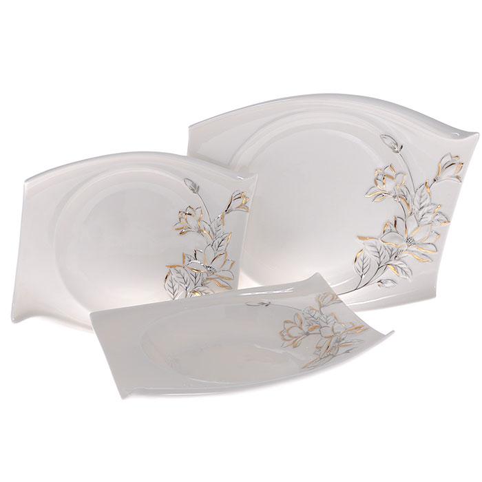 Набор тарелок Палаццо, 3 штGW 10005-22J35Набор Палаццо состоит из трех тарелок разного размера: большая мелкая тарелка, средняя глубокая тарелка и маленькая мелкая тарелка. Тарелки выполнены из высококачественного фарфора белого цвета и декорированы рельефным изображением лилий серебристо-золотистого цвета. Оригинальная форма и красочность оформления придется по вкусу и ценителям классики, и тем, кто предпочитает утонченность и изящность. Такой набор тарелок непременно украсит ваш праздничный стол. Набор тарелок упакован в стильную подарочную картонную коробку с логотипом компании. Характеристики: Материал: фарфор. Размер большой мелкой тарелки: 25 см х 19 см х 3 см. Размер средней глубокой тарелки: 22 см х 18 см х 3,5 см. Размер маленькой мелкой тарелки: 20 см х 16 см х 2 см. Размер упаковки: 29,5 см х 25 см х 8,5 см. Артикул: GW 10005-22J35.
