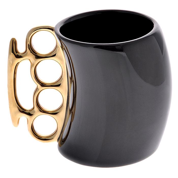 Кружка Кастет, цвет: черный, золотистый93487Керамическая кружка Кастет черного цвета станет отличным подарком для человека, ценящего забавные и практичные подарки. Кружка оригинальной формы выполнена с ручкой в виде кастета золотистого цвета. Такой подарок станет не только приятным, но и практичным сувениром: кружка станет незаменимым атрибутом чаепития, а оригинальный дизайн вызовет улыбку.