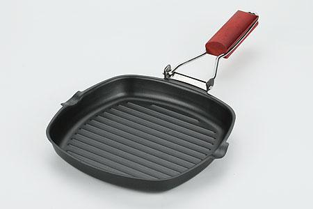 Сковорода-гриль Mayer & Boch, 20 см х 20 смМВ3047Сковорода-гриль Mayer & Boch, выполненная из высококачественной углеродистой стали, имеет экологически чистое тефлоновое покрытие. Рифленая поверхность сковороды имитирует решетку гриля и образует аппетитную корочку, при этом жир стекает в желобки, не давая продуктам контактировать с ним, что обеспечивает приготовление здоровой пищи. Ручка, выполненная из металла с деревянной вставкой, надежно крепится к корпусу и удобно лежит в руке, а также имеет складной механизм, позволяющий сэкономить место. Сковорода-гриль Mayer & Boch - идеальный подарок для современных хозяек. Дизайн и функциональность позволят вам наслаждаться приготовлением любимых блюд и созданием новых кулинарных шедевров. Сковорода подходит для всех типов плит, включая индукционные. Изделие можно мыть в посудомоечной машине.