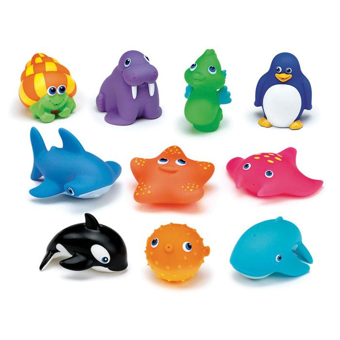 Набор игрушек для ванны Munchkin Морские животные, 10 шт11105Набор игрушек для ванны Munchkin Морские животные непременно понравится вашему ребенку и превратит купание в веселую игру! Набор включает в себя десять игрушек-брызгалок в виде морских обитателей. Яркие игрушки выполнены из мягкого безопасного материала и приятны на ощупь. Если сначала набрать воду в игрушки, а потом нажать на них, то изо рта брызнет тонкая струя воды, что несомненно развеселит вашего малыша. Набор игрушек Морские животные способствует развитию воображения, цветового восприятия, тактильных ощущений и мелкой моторики рук. Кредо Munchkin, американской компании с 20-летней историей: избавить мир от надоевших и прозаических товаров, искать умные инновационные решения, которые превращает обыденные задачи в опыт, приносящий удовольствие. Понимая, что наибольшее значение в быту имеют именно мелочи, компания создает уникальные товары, которые помогают поддерживать порядок, организовывать пространство, облегчают уход за детьми - недаром компания имеет уже...