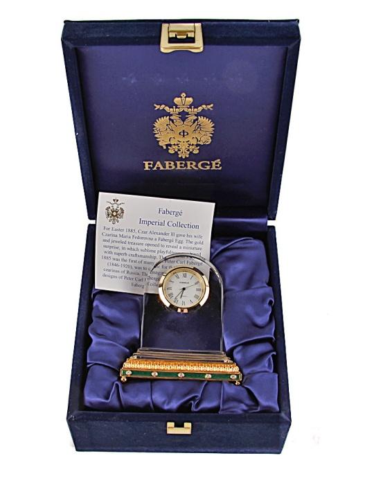 Часы настольные. Хрусталь, позолота, австрийские кристаллы. Германия, Фаберже, 1980-е гг.52134Часы настольные. Хрусталь, позолота, австрийские кристаллы. Германия, Фаберже, 1980-е гг. Высота 10 см, ширина 8 см. Сохранность очень хорошая. На часовом механизме клеймо Faberge, гравировка на корпусе от руки Faberge. Изделие сопровождается сертификатом фирмы Фаберже и хранится в оригинальной коробке, украшенной золотым гербом Faberge. Размер коробки 15 х 17 х 8 см. Решение изделия лаконично: в полукруглое хрустальное основание помещен циферблат часов с яркой золотой окантовкой. Позолоченное основание с чеканным орнаментом, украшенным австрийскими кристаллами, придает изделию особенную торжественность и благородство! Строгие геометризованные линии корпуса часов подчеркивают серьезный и деловой стиль изделия. Великолепные настольные часы Фаберже станут неповторимым украшением рабочего кабинета и роскошным подарком к празднику!