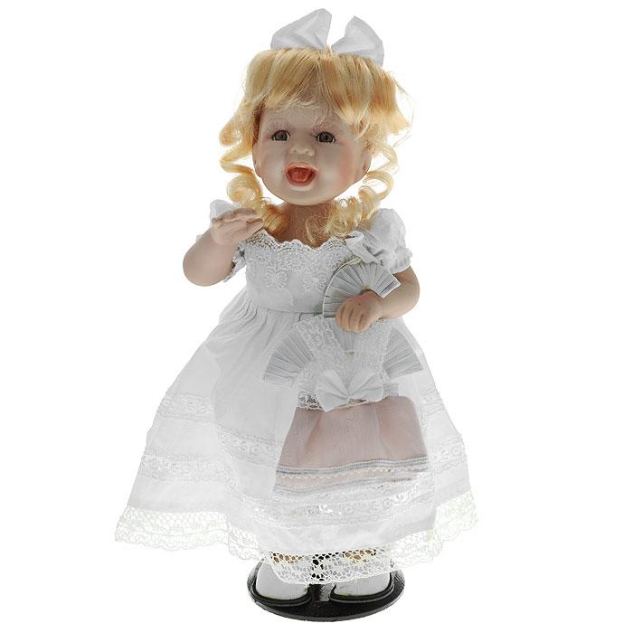 Декоративная керамическая кукла Девочка, 38 см. Ф21-2178Ф21-2178Великолепная кукла, выполненная из керамики, займет достойное место в вашей коллекции. Туловище куклы мягконабивное. Лицо с широкой улыбкой, глаза обрамлены пышными ресницами, и золотистые кудрявые волосы, заплетенные в хвостик, словно шелк, максимально приближены к живому прототипу - юной леди с румянцем на щеках. Кукла наряжена в белое платье украшенное белой и бежевой тесьмой. На ногах - белые панталоны и башмачки из искусственной кожи. В руках у куклы миниатюрная вешалка с платьем. Кукла установлена на подставку, благодаря которой вы можете поместить ее в любом понравившемся вам месте. Характеристики: Материал: керамика, текстиль. Высота куклы: 38 см. Размер упаковки: 15 см х 10 см х 39 см. Изготовитель: Китай. Артикул: Ф21-2178.