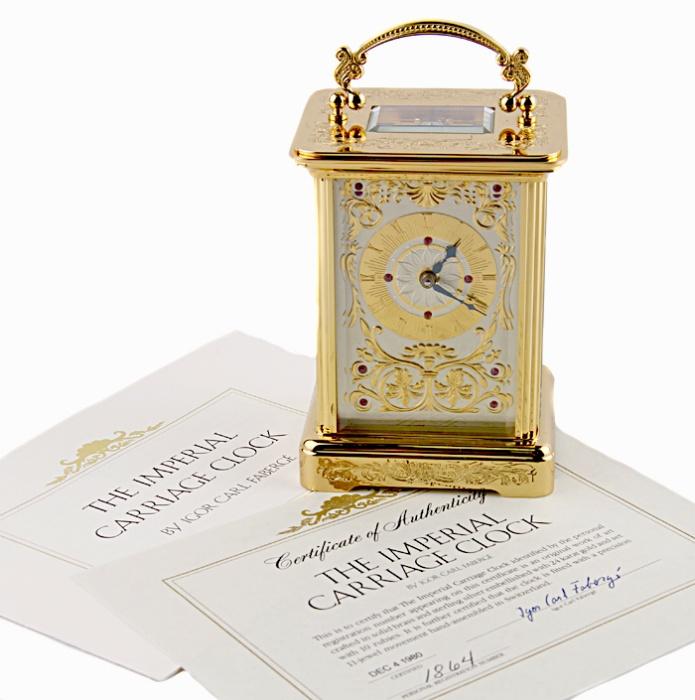 Часы каретные. Металл, золочение, гравировка, швейцарский часовой механизм, стекло. Швейцария, Фаберже, 1990-е гг.52134Часы каретные. Металл, золочение, гравировка, швейцарский часовой механизм, стекло. Швейцария, Фаберже, 1990-е гг. Размер 8 х 7 х 11 см. Сохранность очень хорошая. Есть ключ для завода часов. С боку имеется маленькая трещинка, не портящая внешний вид часов. На оборотной стороне марка Igor Carl Faberge, гравированные надписи Unadjusted, Swiss made; индивидуальный номер. Идеально для роскошного представительского подарка высокопоставленному лицу! Каретные часы всегда славились точными механизмами, которые изготавливались лучшими часовщиками и редко ломались. Вследствие того, что сам часовой механизм считался произведением искусства, чаще всего футляр для каретных часов делался либо целиком прозрачным, либо верхняя часть футляра изготавливалась из стекла, чтобы владелец мог видеть самое главное - механизм часов. Однако сам футляр часов предполагался быть очень прочным, сверху - ручка, за которую их можно...