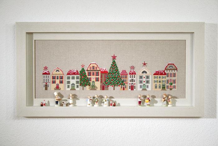Набор для вышивания Acufactum Зимние дома, 55 х 15 см2530В наборе для вышивания Acufactum Зимние дома есть все необходимое для создания собственного чуда: 12-ти ниточный лен (основа для вышивки), однониточное матовое мулине, цветная символьная схема и игла. Красивый и стильный рисунок-вышивка, оформленный изображением новогоднего города и выполненный на канве, выглядит оригинально и обязательно создаст праздничную атмосферу. Благодаря такому набору вы получаете возможность вышить прекрасную картину, а также порадовать близких подарком, сделанным своими руками. Наборы для вышивания Acufactum не производятся в промышленных масштабах, что говорит об их эксклюзивности. Оригинальные сюжеты Ute Menze с проработанной схемой доставят вам массу удовольствия во время творчества. А готовые работы не останутся не замеченными вашими друзьями! Acufactum - это синоним восхитительного стиля!