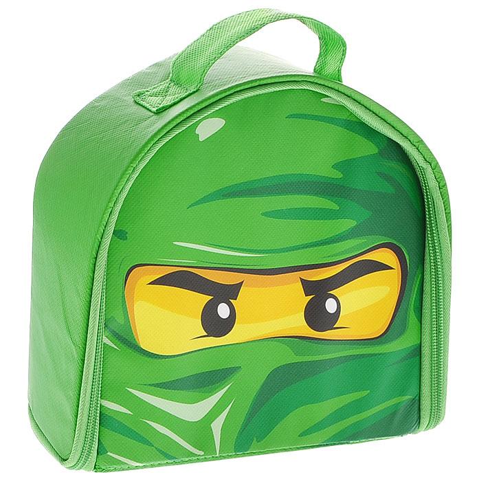 Игровой коврик Lego Ninjago. А1508ХXА1508ХXЯркий игровой коврик Lego Ninjago непременно понравится вашему ребенку и станет необходимым аксессуаром для его игр! Оригинальный коврик выполнен в виде небольшой коробки, закрывающейся на застежку-молнию, в которой можно хранить игрушки и детали конструкторов. В открытом виде коробка представляет собой игровой коврик, оформленный ярким принтом. Внутри коврик оснащен двумя сетчатыми кармашками на резинке и шестью фиксаторами. Коробочка оснащена текстильной петелькой, с помощью которой ваш малыш сможет носить ее с собой на прогулки или в гости и наслаждаться игрой в любимые конструкторы. Ваш ребенок часами будет играть на коврике, придумывая различные истории. Порадуйте его таким замечательным подарком!