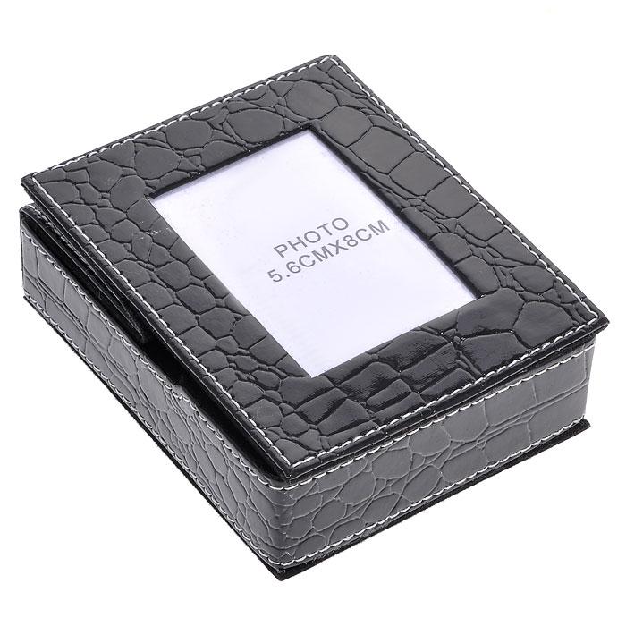 Подставка для бумаги с рамкой для фото, цвет: черный, 5,5 см х 8 см. 2882728827Оригинальная подставка для бумаги выполнена из картона с отделкой из ПВХ, стилизованной под лаковую кожу черного цвета с тиснением. Внутри подставка отделана бархатистым материалом. Крышка подставки оформлена миниатюрной фоторамкой, в которую вы можете поместить фотографию любимого человека или счастливого события своей жизни. Благодаря эксклюзивному дизайну, подставка оформит ваш рабочий стол, а также станет практичным сувениром для друзей и коллег. Характеристики: Материал: картон, ПВХ. Размер подставки: 11,5 см х 9,5 см х 3,5 см. Размер фоторамки: 9,5 см х 11,5 см. Размер фотографии: 5,5 см х 8 см. Размер упаковки: 12,5 см х 10 см х 4,3 см. Артикул: 28827.