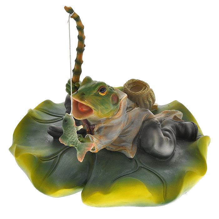 Декоративная фигурка Лягушка. 2908529085Декоративная фигурка, изготовленная из полирезины, выполнена в виде лягушки, сидящей на кувшинке с удочкой в лапах. Такая фигурка отлично подойдет для декоративного оформления вашего сада. Декоративные садовые фигурки представляют собой последний штрих при создании ландшафтного дизайна дачного или приусадебного участка. Декоративные фигурки для украшения сада способны придать участку собственный, ни на что не похожий образ. Кроме этого, веселые и незатейливые фигурки поднимут настроение вам, вашим друзьям и родным.