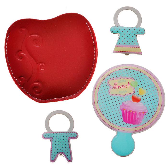 Подарочный набор Sweet: зеркало, 2 брелока, цвет: голубой. 2844728447Подарочный набор Sweet, состоящий из карманного зеркала и двух брелоков, порадует любую девушку. Зеркало круглой формы выполнено из нержавеющей стали, и имеет удобную ручку-держатель. Зеркало помещено в красный чехол из полиуретана, декорированный тиснением в виде завитка. Брелоки, выполненные в виде мальчика и девочки, оснащены металлическими кольцами для крепления. Оригинальные и функциональные аксессуары подчеркнут изысканный вкус своей владелицы. Предметы набора хранятся в подарочной картонной коробке. Характеристики: Материал: металл, полиуретан. Размер брелока (с кольцом): 2,8 см х 4,2 см х 1 см. Диаметр корпуса зеркала: 5,5 см. Размер упаковки: 12 см x 12 см x 2 см. Артикул: 28447.