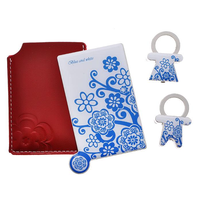 Подарочный набор Blue and white: зеркало, 2 брелока. 2846828468Подарочный набор Blue and white, состоящий из карманного зеркала и двух брелоков, порадует любую девушку. Зеркало прямоугольной формы выполнено из нержавеющей стали, и имеет удобную ручку-держатель. Зеркало помещено в красный чехол из полиуретана, декорированный контрастной отстрочкой и тиснением в виде цветка. Брелоки, выполненные в виде мальчика и девочки, оснащены металлическими кольцами для крепления. Оригинальные и функциональные аксессуары подчеркнут изысканный вкус своей владелицы. Предметы набора хранятся в подарочной картонной коробке.