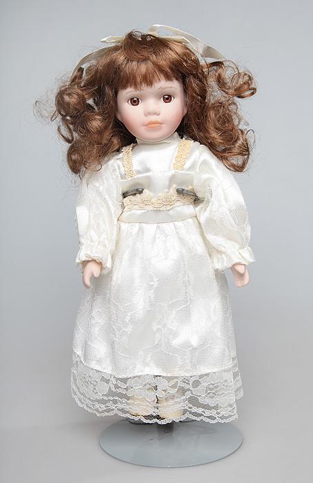 Кукла Эвита. Фарфор, текстиль. Китай, 1970-е годы15969Кукла Эвита. Фарфор, текстиль. Китай, 1970-е годы. Высота куклы 30 см. Сохранность хорошая. Великолепная кукла Эвита, выполненная из фарфора, займет достойное место в вашей коллекции. Туловище куклы мягконабивное. Лицо с трогательным взглядом, обрамленным пышными ресницами, и каштановые волосы, словно шелк, максимально приближены к живому прототипу - юной леди с румянцем на щеках. Кукла наряжена в красивое платье, на голове - бант. Великолепное белое платье украшено различными декоративными аксессуарами - кружевами, сеткой, оборками. Для более удобного расположения куклы в интерьере прилагается подставка.