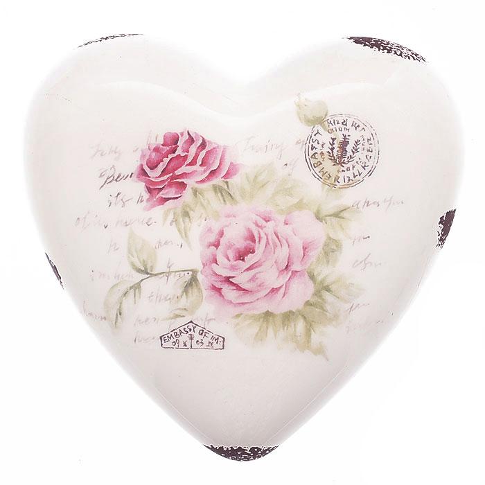 Декоративная фигурка Сердце. 2726827268Декоративная фигурка, выполненная из керамики в форме сердца, станет отличным дополнением к интерьеру. Фигурка оформлена изображением роз, надписями и декоративными потертостями. Вы можете поставить фигурку в любом месте, где она будет удачно смотреться и радовать глаз. Кроме того, сердце станет чудесным сувениром для ваших друзей и близких. Характеристики: Материал: керамика. Размер фигурки: 13 см х 13 см х 4,5 см. Артикул: 27268.