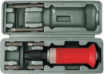 Отвертка ударная FIT, реверсивная, с 6 битами56266Реверсивная ударная отвертка FIT изготовлена из высокоуглеродистой инструментальной стали, что позволяет использовать инструмент также в качестве молотка. Имеет резиновую ручку, что исключает возможность скольжения в ладони. Шесть шестигранных бит с разными видами шлицов аккуратно расположены в футляре, который прилагается в комплекте.