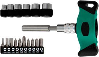 Отвертка Т-образная Whirlpower WP с битами и головками, реверсивная, 18 в 156380Отвертка Т-образная Whirlpower с битами и головками предназначена для монтажа/демонтажа резьбовых соединений с применением значительных усилий. Пластмассовая рукоятка устойчива к различным смазочным материалам. Имеет магнитный наконечник. В состав набора входят Отвертка для бит. Биты шлицевые: 3 мм, 5 мм, 7 мм. Биты крестовые: PH1, PH2, PH3, PZ1, PZ2, PZ3. Удлинитель. Головки торцевые: 6 мм, 8 мм, 9 мм, 10 мм, 11 мм, 13 мм.